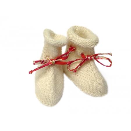 Chaussons bottines alpaga écru et ruban liberty rouge et fleurs blanches