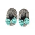 Chaussons gris clair et nœud tissu turquoise